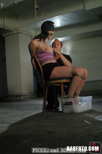 Мамочка с длинными волосами обажает жесткий бдсм секс и принимает хуй глубоко в глотку