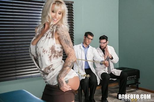 Милая блондинка с большими сиськами отдается двум докторам в больнице