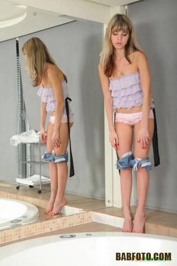 Милая блондинка перед погружением в джакузи показывает восхитительную письку и груди