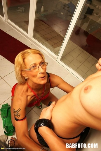 Нежная мамочка решила показать дочке как нужно лизать пизду в джакузи