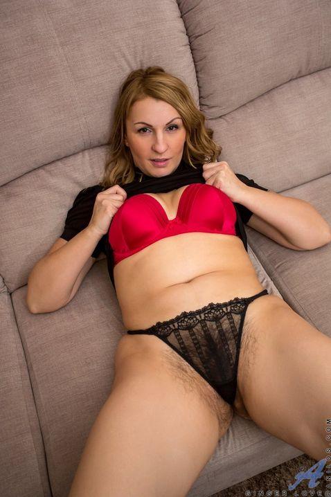 Безмятежная взрослая самочка в колготках с пиздой нараспашку HD порно фото