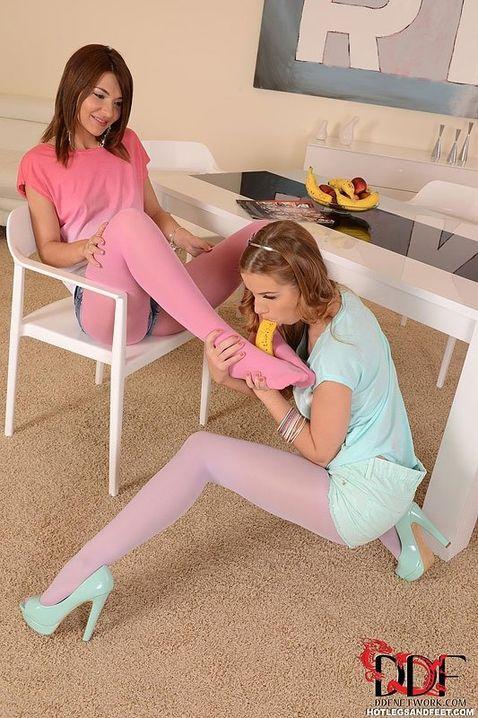 Губошлепая лесбиянка в розовых колготках занимается фетишем с подругой