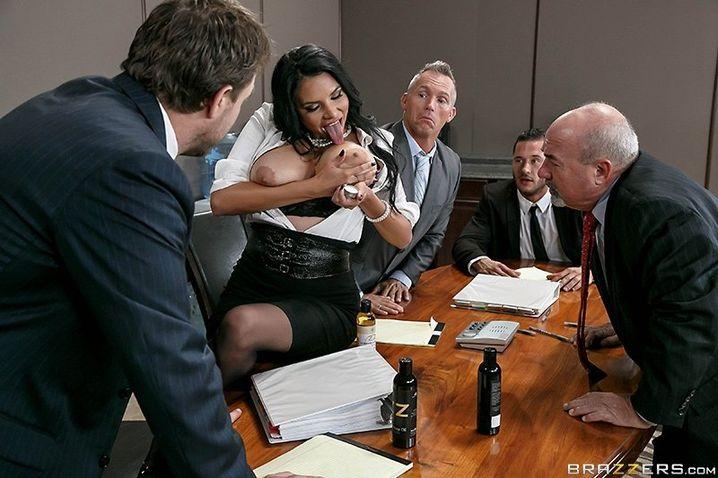 Похотливая секретарша в корсете ебется в горячую пизду на столе и широко разводит ножки