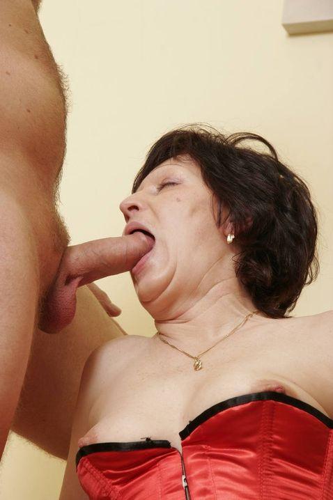 Зрелая мадам в корсете страстно сосет хуй своему любовнику и сама во время секса кончает сквиртом