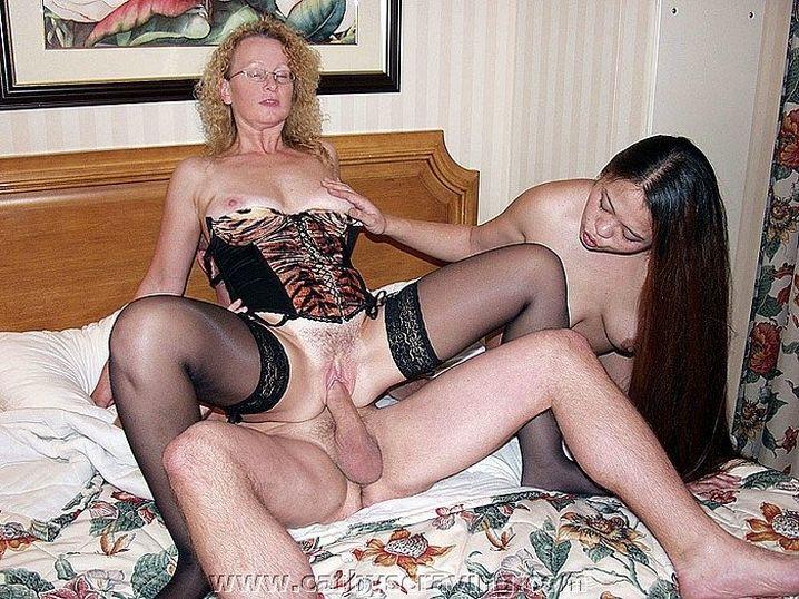 На домашнем порно телочки в корсетах раскованно сосут хуй у парня и трахаются
