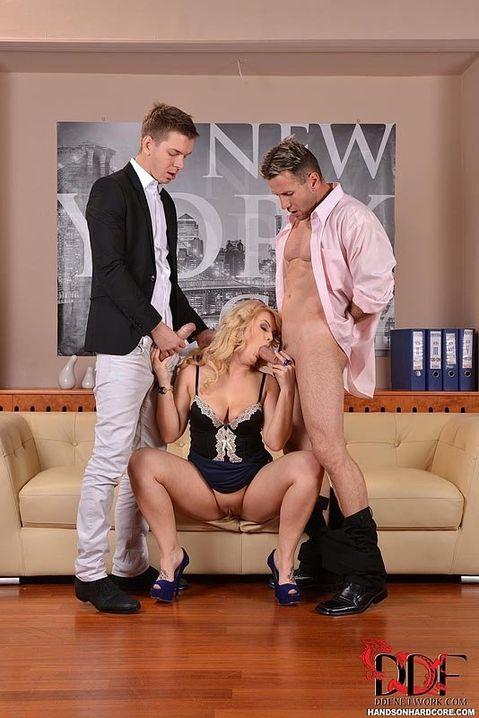 Пришли в гости к похотливой блонде в корсете и дружно трахают деваху с двух сторон