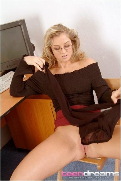 Грудастая дама в очках и колготках привлекательно занимается мастурбацией и трекает пизду пальцами