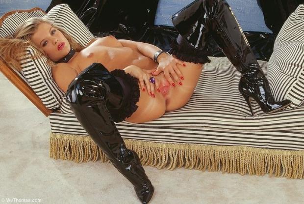 Горячая сучка одела ошейник и обтягивающий латекс на ножки и позирует с красивой пиздой