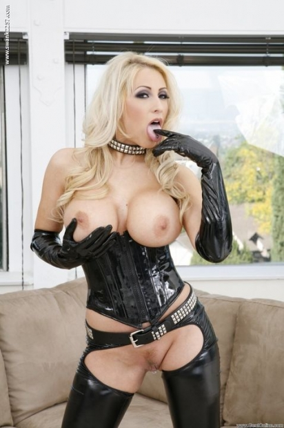 Блондинка с большими сиськами в перчатках может возбудить мужика своей классной писечкой