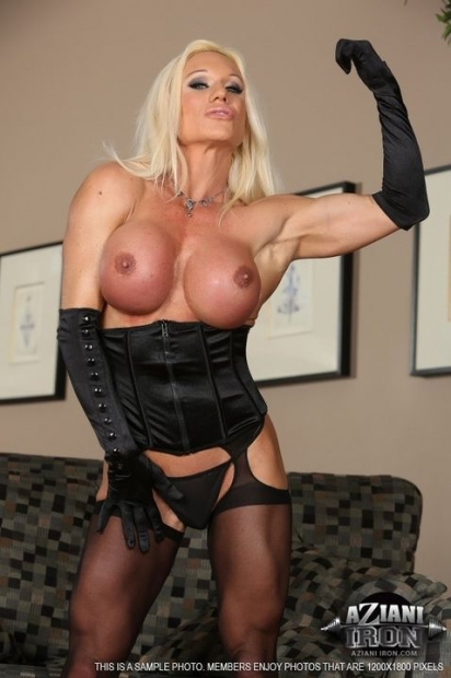 Похотливая зрелая блонда в перчатках позирует с голыми прелестями