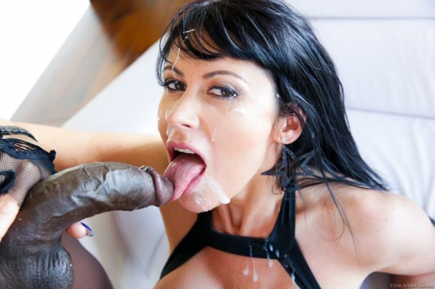 Крепкий негритос пялит жопастую суку в перчатках и спускает сперму на язык