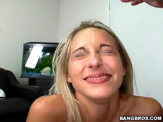 Страстная блондинка перед сексом в презервативе дрочит пизду вибратором