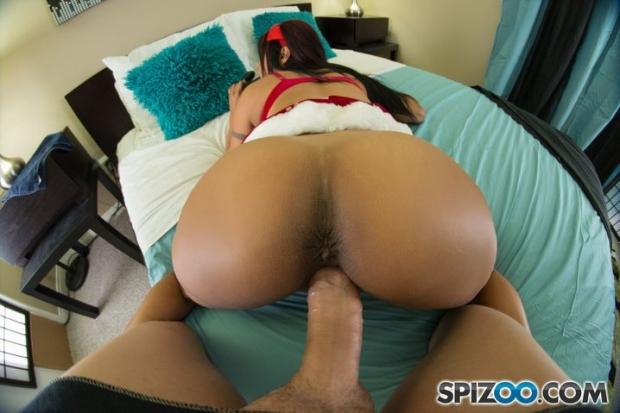 Молодая красотка в униформе ждет на кровати когда ее начнут ебать