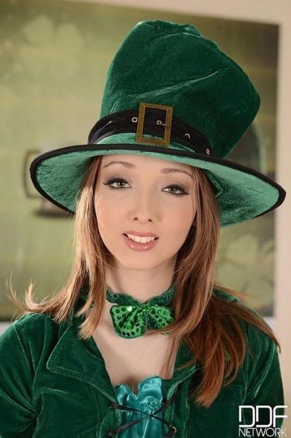 Очаровательная деваха в шляпе позирует с большими силиконовыми сисяндрами