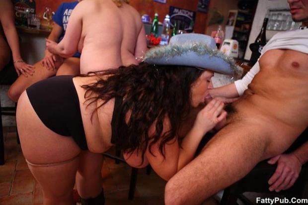 Грудастая потаскушка в шляпе дает ебать двум парням изрядно выпив в баре