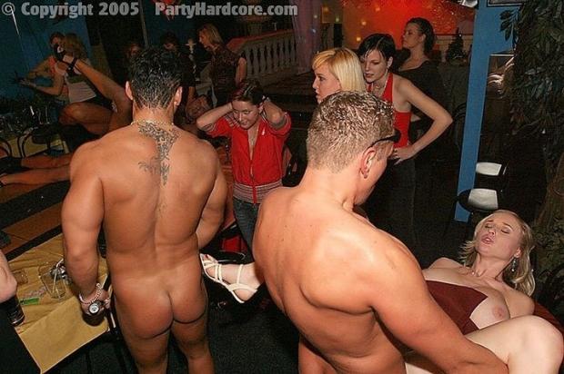 Голожопые малышки на вечеринке дают ебать всем кто просит и сами напрашиваются на толстый болт
