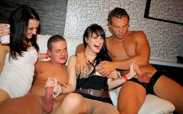 Парни на вечеринке сношают телок в каждом углу клуба это и есть оргия