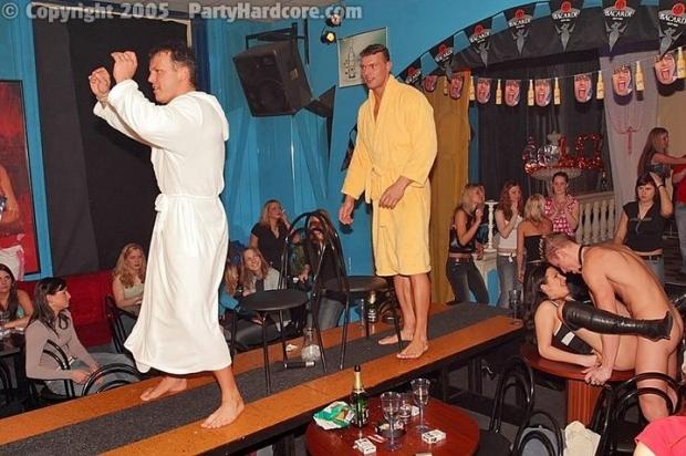 Распутные шалавы без трусов на вечеринке под алкольный коктейль трахаются в любую дырку