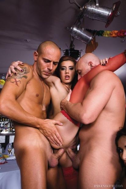 Бухие телки на вечеринке с удовольствием берут в рот и трахаются в киску
