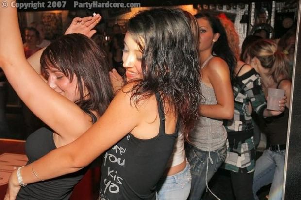 Голый факир на вечеринке по очереди трахают желающих девушек