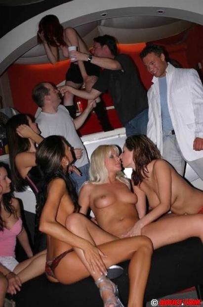 Пьяные малышки дают ебать всем парням на вечеринке по доброте души