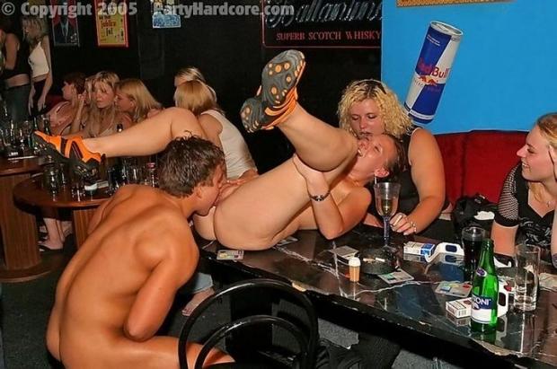 После фаер шоу на вечеринке парни разошлись трахать телочек своими набухшими членами
