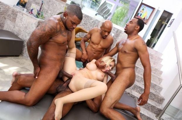 Темнокожие парни стараются со всех сил и пихают свои толстые члены во все дырки давалки