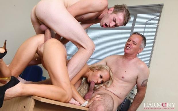 Шикарная блондинка с изумительной пизденкой проебана во все дырки