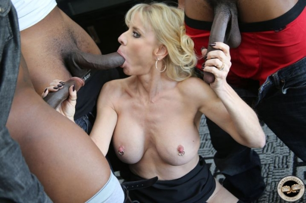 Сексуальная мамка с разёбанным аналом позволяет кончить внутрь двум крепышам с черной кожей