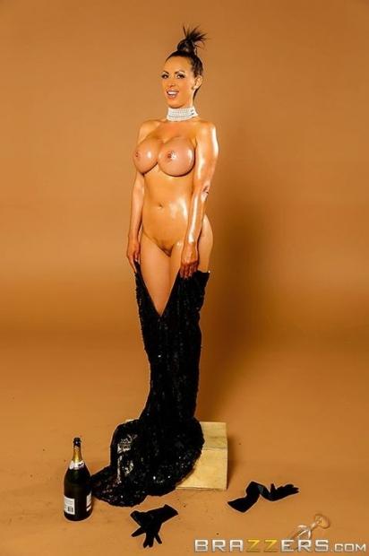 Эффектная мадам с хвостиком волос размазывает вытекающую сперму по всей пизде и рядом
