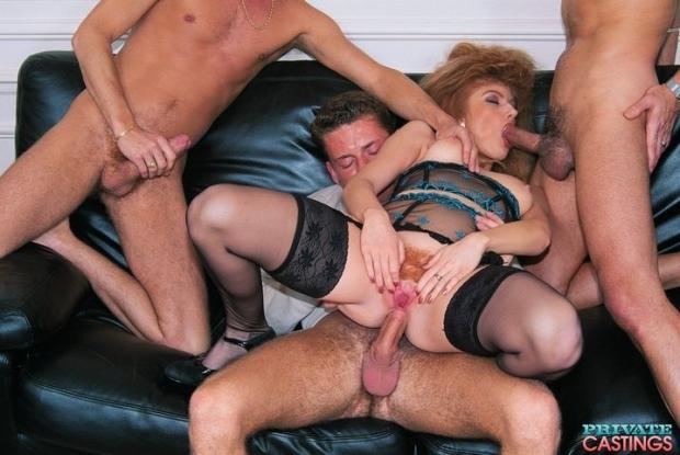 Кудрявая телочка в генг бенг облизывает хуи и показывает язык в сперме