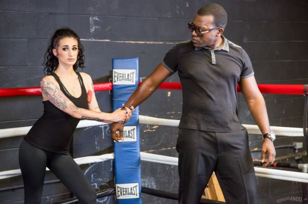 Чернокожий тренер с длииным концом сношает гимнастку на спортивных матах