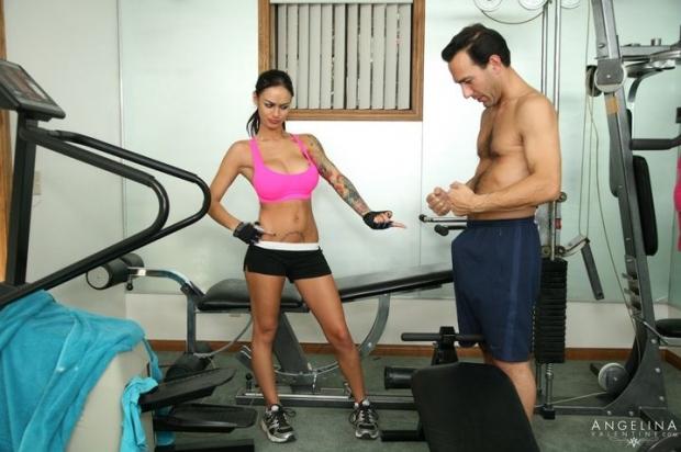 Возбужденный самец дерет гимнастку в спортзале и дает на клык