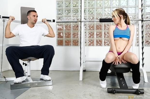 Харизматичная гимнастка с упругими сиськами 2 размера принимает в пизду толстый член
