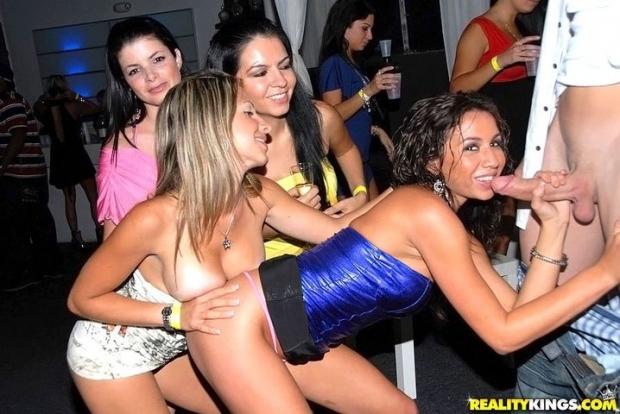 Несколько пьяных баб отдаются голому мужику на развратной вечеринке