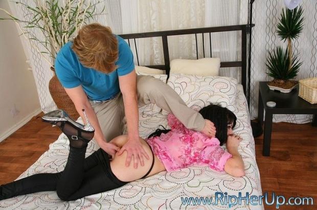 Симпатичная молодая девица отдается в пизду и жопу голому мужику