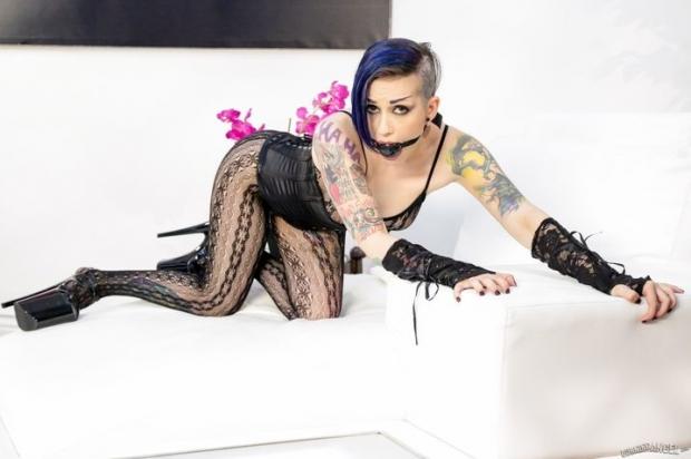 Татуированная хиповая телка обожает жесткие потрахушки с голым мужиком в стиле бдсм