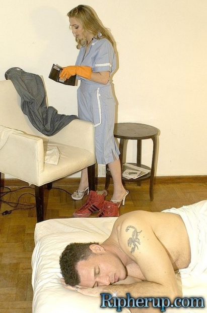 Сексуальная горничная с чувственными губками сосет половой прибор и трахается в киску