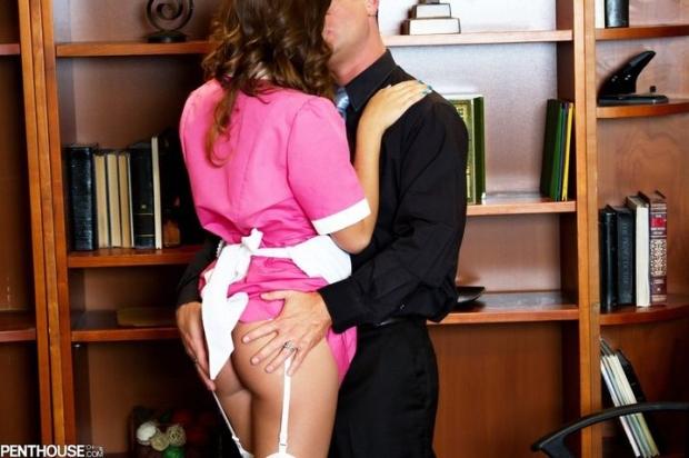 Горничная в розовом платье и белых чулках крутит своим интимным местом под носом у мужика пока не получает хорошую вздрючку
