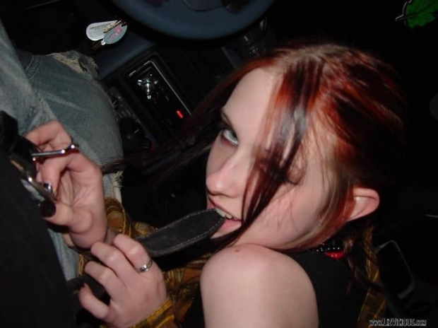 Малышка с приятным ротиком сосет хуй у парня в машине, готика