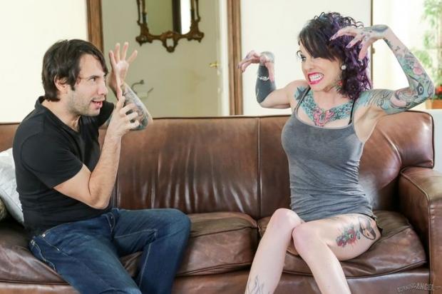 Похотливая шлюха в татуировках трахается в готике на диване