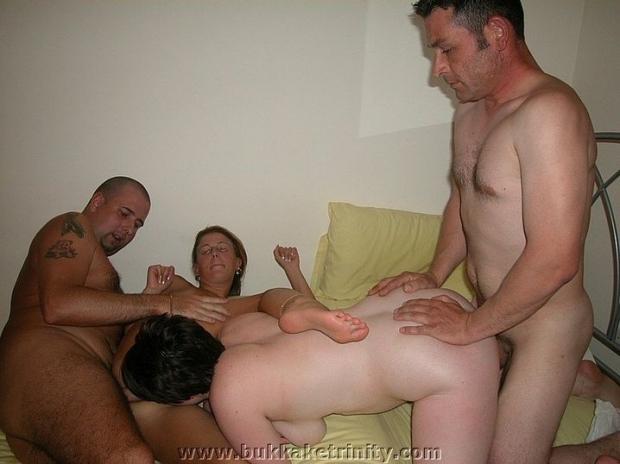 Мужички в групповухе смазывают пизденку телке, чтобы лучше скользила порно фото