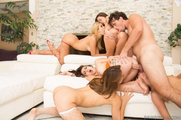 Чуваки энергично ебут смазливых телок в групповой ебле порно фото