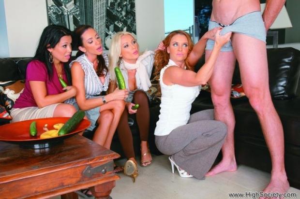 Шикарные прошмандовки сосут хуй и трахаются в групповухе порно фото