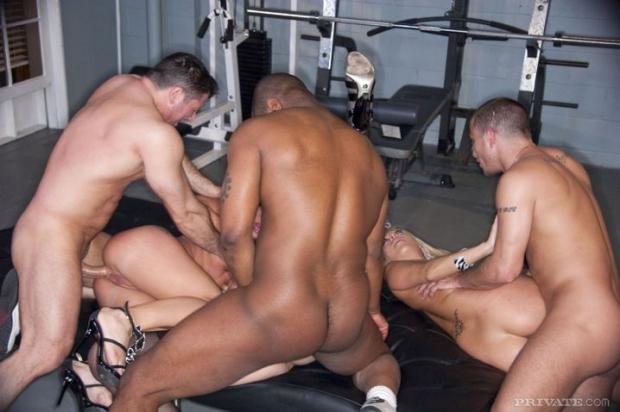 Крепкие парни с толстыми хуями ебашат в групповушке смазливых сучек порно фото онлайн
