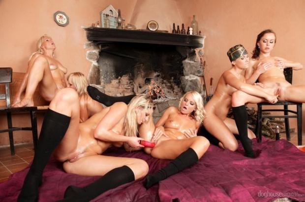 Стройные бабенки в сапогах не отказываются трахаться в групповухе порно фото