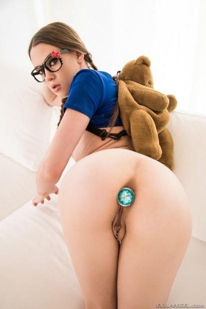 Симпатяшка без комлексом и трусиков под юбкой выставила свою пиздячку на порно фото