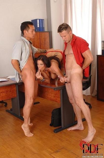 После полученного подарка длинноволосая деваха с удовольствием трахается с двумя парнями
