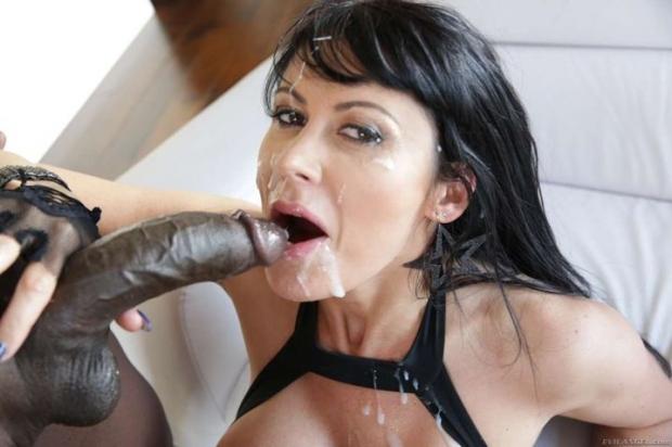 Чувак с темной кожей насаживает длинноволосую брюнетку на длинный хер порно фото
