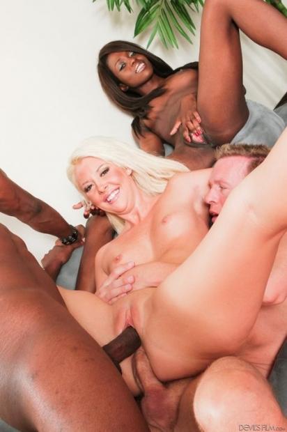 Стройная длинноволосая блонда обожает чувствовать в своих дырка два хуя порно фото